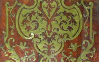 Boullemarketrie aus farbig hinterlegtem Schildpatt und Messing, Frankreich 18. Jh., vor Restaurierung.JPG
