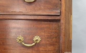 Detail Tallboy, englischer Schubkastenschrank aus Mahagoni, vor Restaurierung.JPG
