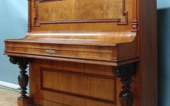 gründerzeitliches Klavier mit Nußbaumfurnier, nach Restaurierung.JPG
