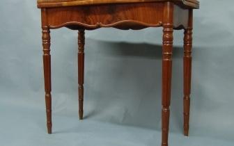 Tisch aus Mahagoni mit ausziehbarem Gestell und aufklappbarer Tischplatte, nach Restaurierung.JPG