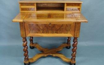 barocker Schreibtisch nach Restaurierung, mit neu gefertigtem Aufsatz.JPG